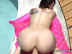 Hottie Does Blowjob And Doggystyle In The Pool