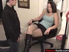 Hot milf in leather boots gets eaten out